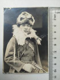 来自侵华日军联队支那事变相册,此为其中1张,日军冬装民国枪支史料,所持手枪是否是中国军队常用的驳壳枪