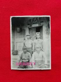 四个日本军人在中国章丘的纪氏宗祠前留影  1930年代  5.2 X4.4