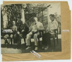 1940年代埃及开罗会议,中华民国国民政府主席兼军事委员会委员长蒋介石、美国总统罗斯福,英国首相丘吉尔,蒋夫人宋美龄合影老照片,盟军商讨反攻日本的战略及战后国际秩序的建立。13.7X11.4厘米,相纸特别薄。