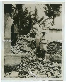 1937年8月4日卢沟桥事变之后,北京宛平警察局被日军炮火攻击,院墙等处被摧毁后的瓦砾老照片