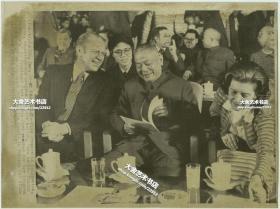 1975年美国总统福特访华,李先念副总理坐在福特总统和夫人之间,后面可见乔治布什,以及中国驻美协调员外交官黄慎等,美联社新闻传真照片