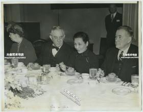 1943年蒋介石夫人宋美龄访问美国,在白宫发表了著名的讲演之后,与罗斯福总统和夫人,参议院等人共进晚餐老照片。