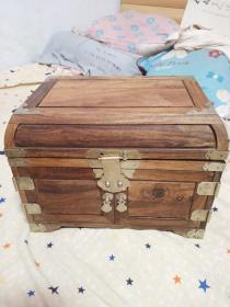 木盒一个,实木制作,年代现代 ,缺一个小抽屉 ,缺一个锁片的固定件,工艺还挺复杂的,有点意思,喜欢的来买,售出不退,不是完美品,有瑕疵,价格不高,售出不退。