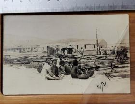 【古董级】晚清民国时期老明信片----渔村小孩----背面带外文贴邮