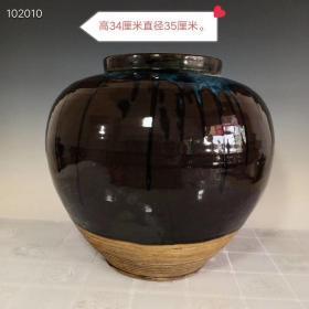 宋代钧窑绛彩旋纹大罐,器形规整,老化明显,品相完整,成色如图。