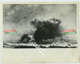 1942年12月8日珍珠港事件一周年时期,重洗日本偷袭美国太平洋海军舰队珍珠港老照片,基地一片惨状,爆炸的瞬间。1942年翻拍。