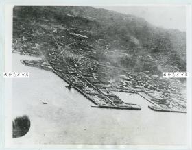 1942年4月二战期间美国为报复珍珠港事件而率编队首次空袭日本东京,当时飞机拍摄的轰炸影像,史称杜立特空袭、空袭东京。杜立特为首的这批飞行员最后都迫降在中国浙江与江西的村落,得到了中国百姓的救助。