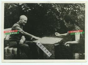1950-1960年代蒋介石和夫人宋美龄休息的时候下象棋对弈老照片