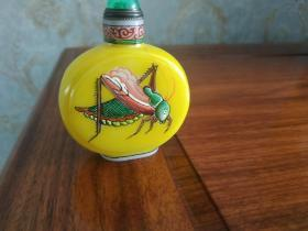 古月轩款博山鸡油黄琉璃画蝈蝈鼻烟壶