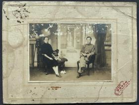 民国时期 上海镜华照相馆拍摄 欧式布景文人夫妇合影 银盐老照片一张 附相馆原装厚纸板相框