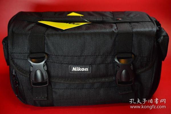 【日本尼康攝影包(正版)】微單相機或入門級單反專用,包內空間一機兩頭及配件。外觀工藝見圖片。攝影包長31厘米,寬16厘米,高度16厘米。全新,未開啟使用,一塵不染。