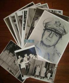 補圖--侵華史料老相冊,1945年9月2日日本在密蘇里號投降簽字儀式,麥克阿瑟將軍會見天皇(著名照片),日本制定和平憲法等一系列活動,官方大幅銀鹽老照片30張一冊+麥克阿瑟相關活動大幅銀鹽原照散頁10張,其中一張麥克阿瑟頭像照有其1946年于東京親筆簽名,相冊部分附鉛印文字解說,另附天皇宣布投降的錄音一張