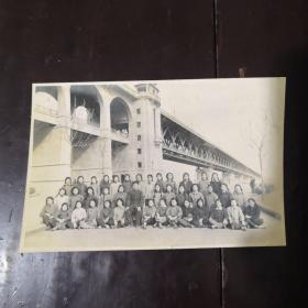 老照片 一位老先生和幾十位少女在長江大橋下合影