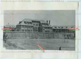 民国1931年天津,美国基督教卫理公教会所属的基恩(Keene)纪念女子学校大楼老照片,可见庭院前的网球场。