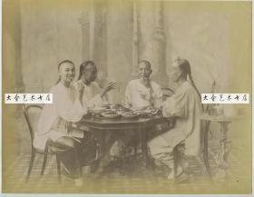 清代上海耀华照相馆拍摄的餐桌上的中国人,划拳,喝茶,吃饭,早期餐饮文化代表作大幅蛋白照片,大约1890年代
