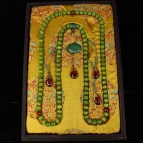 珍藏清代宫廷御用老珍贵绿猫眼朝珠一条 配老漆器盒一个 一套重2735克 盒长44厘米 宽30.5厘米 松石珠子直径1.4厘米