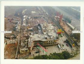 1994年11月17日王府井大街,在北京饭店东端顶部俯瞰拍摄的小胡同拆迁残迹,东方广场未建造前的地貌照片,27.8X21.5厘米 B