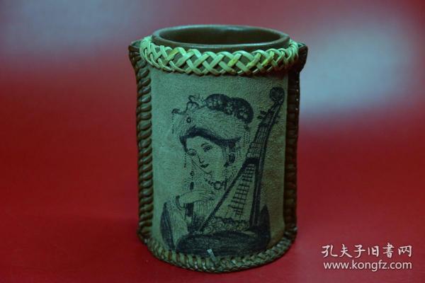 【真皮編織筆筒】器型工藝見圖片,筆筒高13厘米,器底直徑8.5厘米。手繪圖案文字,自然老舊。