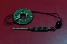 风水罗盘针 风水术士洞察八卦、阴阳、五行异常反映,用以推断其处气场,预测可能发生的变化,运用奇针八法之玄学道具。外观组合工艺见图片。不锈钢针工艺精巧,长7厘米,自然锈蚀。配崇宁通宝(青铜 保真),直径26毫米,厚度0.25毫米。原旧线以换新。