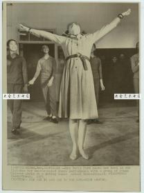 1975年美国总统福特访华,其夫人贝蒂福特访问北京舞蹈学院,曾经是学习过舞蹈的她展示技艺,美联社新闻传真照片。