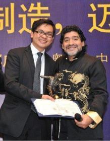 2010中国红十字基金会温暖大使马拉多纳铜雕塑摆件