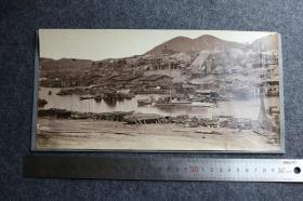 清代广西梧州桂江两岸江景民居全景蛋白照片,大约1890年代左右,28.5X14.4厘米,华芳照相馆的第179号作品,关于广西梧州最早的影像之一,也是阿芳较为罕见的早期作品。