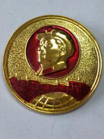 毛主席像章。金色背景,紅太陽、金色頭像、帶領章帽徽。地球上紅旗飄展。背面字:祝毛主席萬壽無疆!吉一公68。