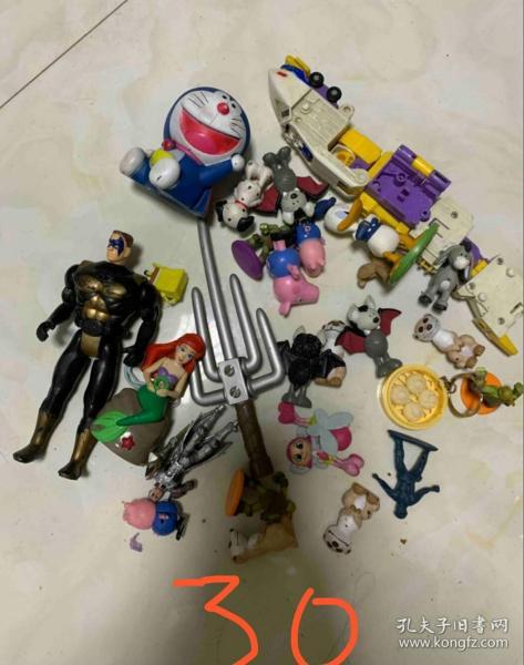 一堆懷舊玩具打包處理