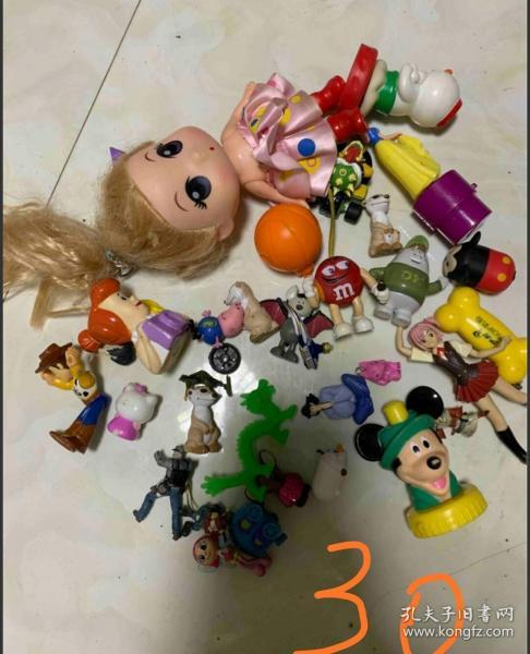 一堆卡通玩具打包處理