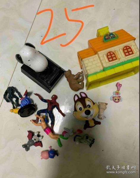 一堆老玩具打包處理