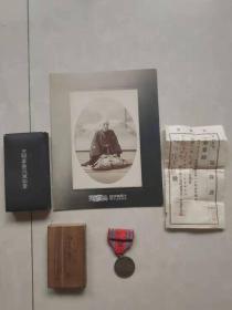 如圖一套真正日本鬼子領章單子和照片和獎章,全部保老保真,全部完整無殘,日本鬼子侵略中華遺留下的鐵證,銘記歷史,展覽意義大。