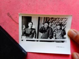 文革照片;毛主席、林彪、周恩来登上天安门城楼接见红卫兵【武汉图片社印制4-19】(10×7.3)