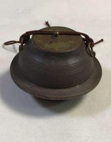 日本老舊精美鐵壺1件,該器物器型中等,不大不小,造型優美,紋飾簡約樸素,有自然形成的鐵銹及長期保存使用留下的各種古舊包漿等,竟十分清雅可愛,年代久遠之物,應是茶道具或裝飾清玩之物。