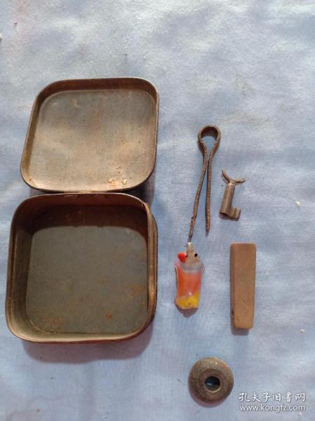 (箱14)民國廣告鐵盒,內有木章,算盤珠,鑰匙,一對,7.5*7.5*3.5cm