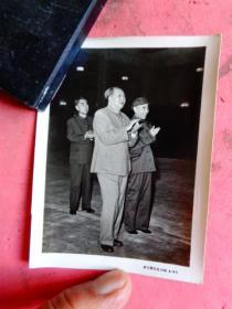 文革照片;伟大领袖毛主席和林彪、周总理在一起【武汉图片社印制4-45】(10×7.3)