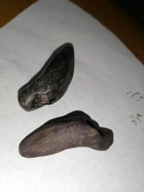 古代陶制的哨子2个。