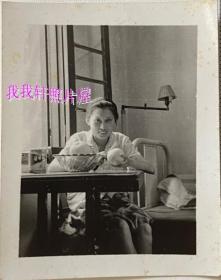 老照片:美女削苹果,有生活味【陌上花开系列】