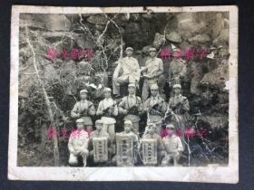 """老照片 50年代 军人 持枪 合影 三面锦旗 集体二等功 可以分辨出是""""华东公安干校"""""""