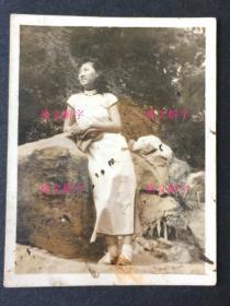 老照片 民国最高学府国立中央大学系列 南京 美女大学生 旗袍美女 斜倚着石头 很优雅