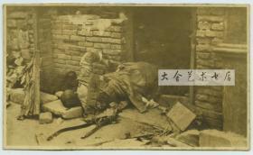 """清末民初1912年北京""""壬子兵变""""(北京兵乱)时期,被击毙后死在百姓民居门前的匪兵尸体,此时哗变的北洋军阀曹锟的第三镇一部已经被镇压。照片尺寸为13.8x8.3厘米, 泛银"""