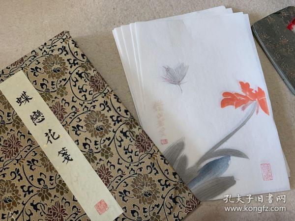 木板水印《蝶戀花箋》以齊白石畫蝶花舊箋重新勾描,以傳統木刻制十二套色木板刷印
