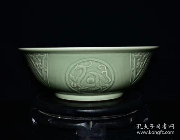 清乾隆年豆青釉雕刻異獸紋碗