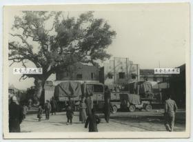 民国抗战时期江西南昌建国旅社老照片,街上停着美制军用交通运输卡车