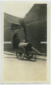 """民国时期街头小巷中停放的送水车老照片,旁边门洞的名称可能是""""福禄里"""""""