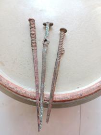 青铜小件,年代距今1000至2000年,具体做什么用处的,有待考证,喜欢的来买,包真包老,标的是一个的价钱。