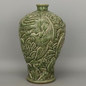 清龙泉窑浮雕凤纹梅瓶