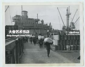 民国1945年12月上海港码头,从中山号轮船上卸载联合国救灾赈济署(UNRRA, CNRRA)救济中国的物资老照片