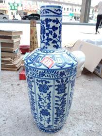 青花瓷器一件,年代未知,十多年收的,喜欢的来买,售出不退。不包邮,运费到付。手感挺重。