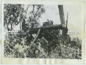 """1937年上海八一三""""淞沪抗战,国军重机枪手严阵以待,随时反击日军的进攻老照片。(马克沁机枪?)"""