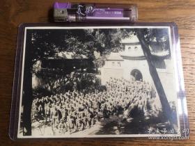 【超珍罕】鬼子中队 占领极乐寺 合影,背面为全体人员签名 13厘米X8厘米 已塑封